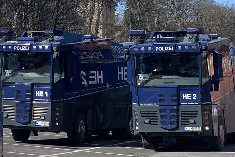 Акции противников карантина завершились стычками с полицией и контрпротестующими фото