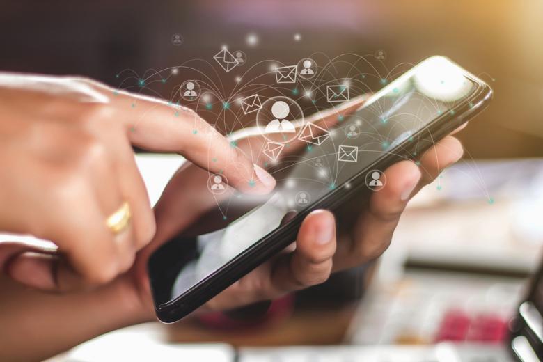 девушка ищет информацию в интернете на смартфоне фото