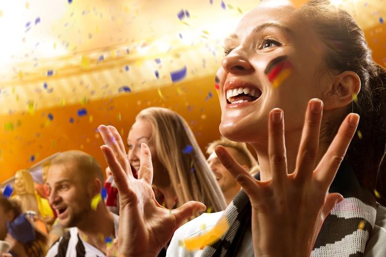 Немецкие болельщика празднуют победу в первом отборочном матче на ЧМ мира фото