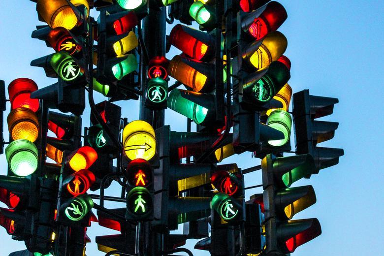 Светофор горел красным и водитель решил заняться спортом фото