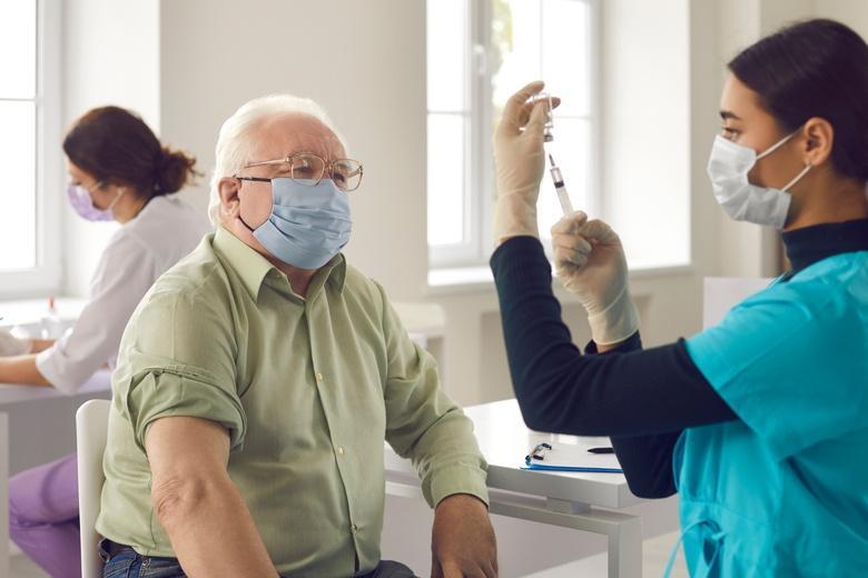 Вакцинация начнется с помощью врачей семейной практики фото