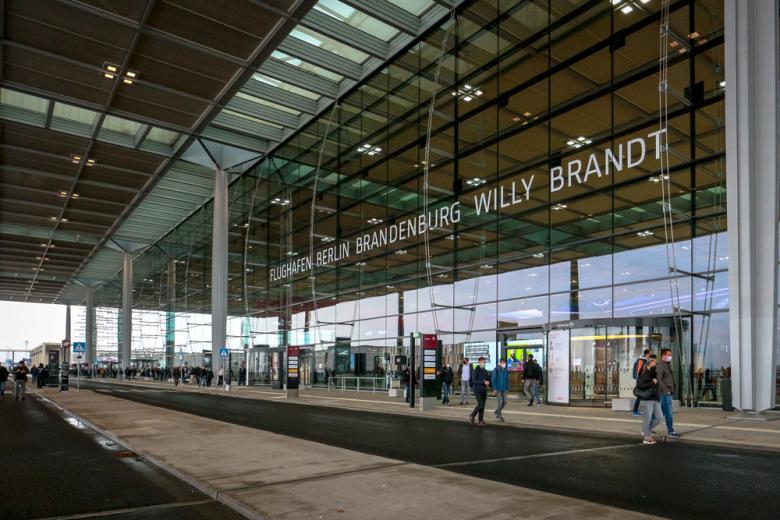 Внешний вид Терминала 1 - недавно открытого международного аэропорта Берлин-Бранденбург