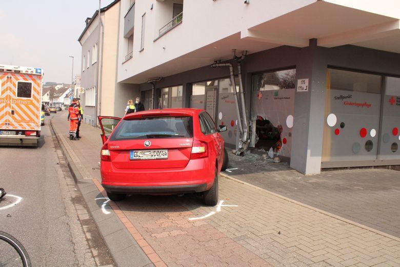 Авто врезалось в детский садик Фото: Автор Polizei Rheinisch-Bergischer Kreis / https://rheinisch-bergischer-kreis.polizei.nrw