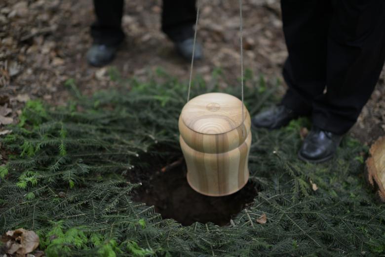 Церемония кремации умершего в лесу Wichshausen, Германия. Фото: Ozkan Ozmen / shutterstock.com