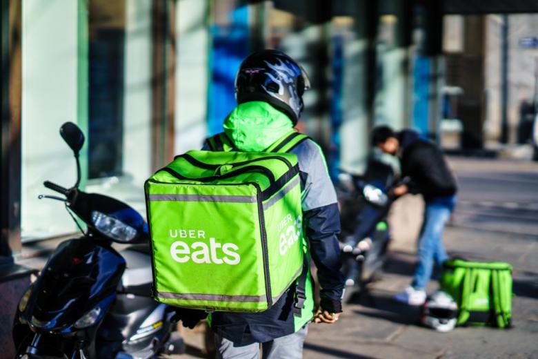 доставка еды в Германии, курьер Uber Eats