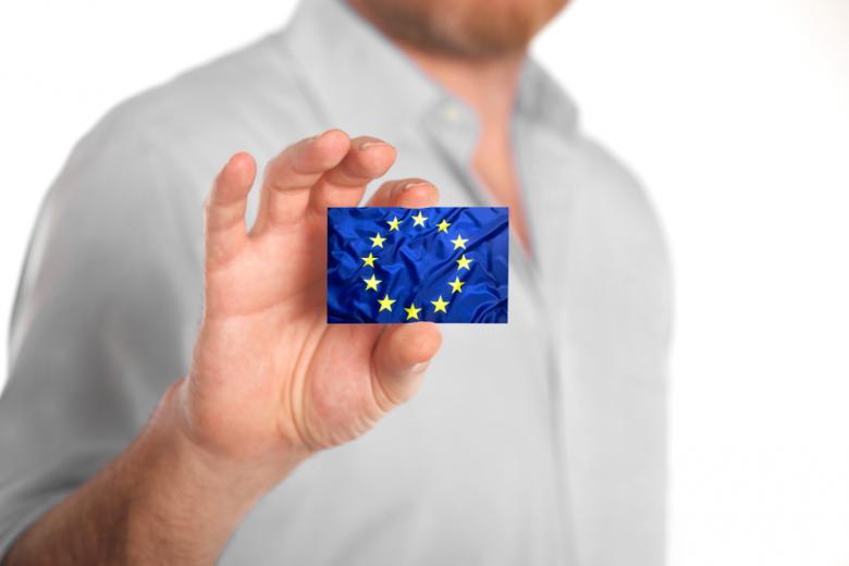 Голубая карта для получения работы в Германии и странах Евросоюза. Фото: kb-photodesign / shutterstock.com