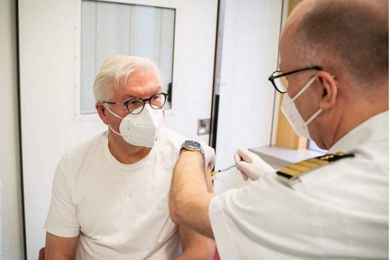 Штайнмайер сделал прививку