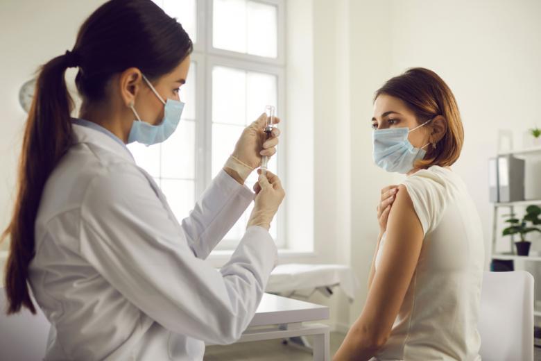 vrachi-trebuyut-bolshe-vakcin / Фото: Studio Romantic/www.shutterstock.com
