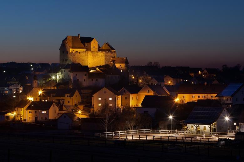 Замок Вольфзегг с женщиной в белом