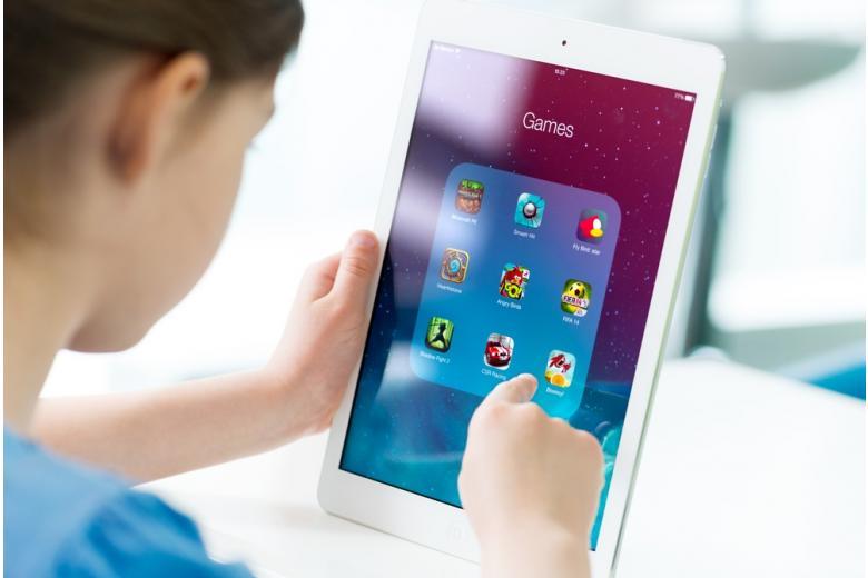 Девочка разрабатывает онлайн-игру на планшете