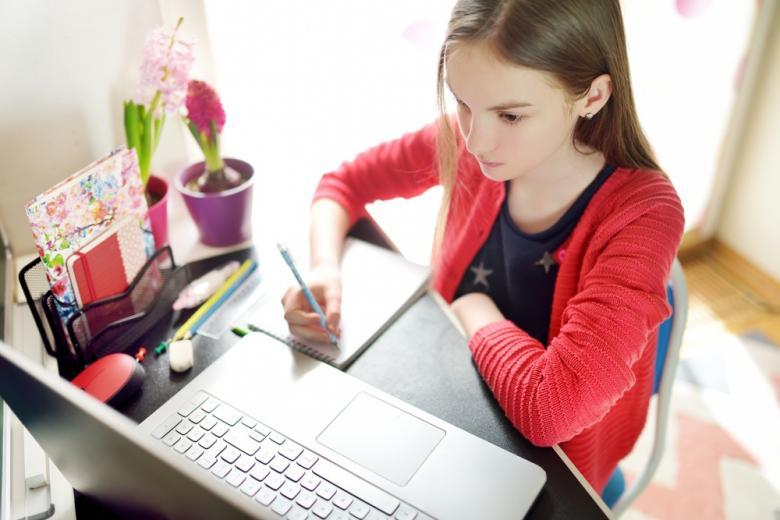 школьница учится онлайн во время карантина