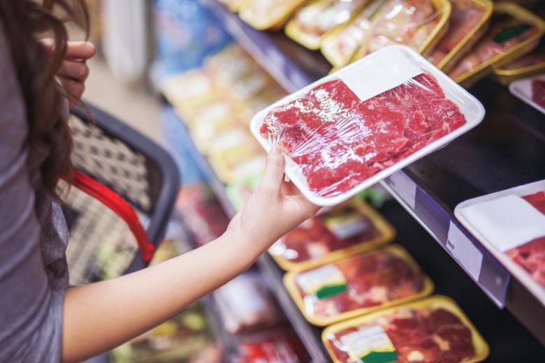 дешевое мясо в супермаркете Фото: Aleksandar Karanov/shutterstock.com