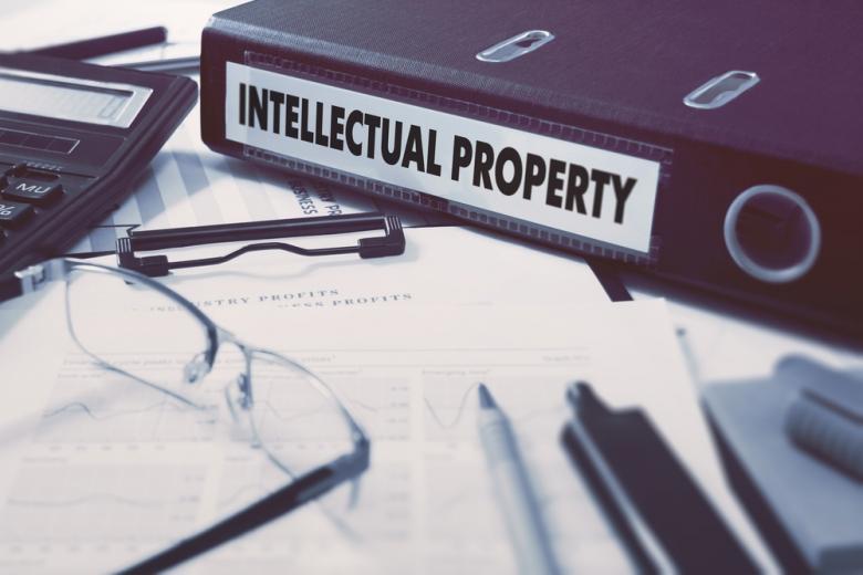 Создание интеллектуального продукта может предусматривать некоторые плюсы в виде премии - обратите на это внимание в вашем договоре. Фото: ESB Professional / shutterstock.com