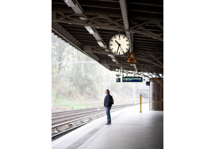 Мужчина ждет поезд / Фото: Karolina Kolodziejczyk / shutterstock.com