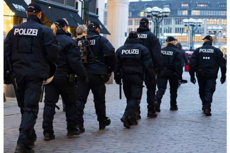 Немецкие полицейские идут по улице Foto: Pradeep Thomas Thundiyil/shutterstock.com