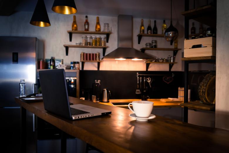 Офис в квартире с барной стойкой Фото: Sergey_T/shutterstock.com