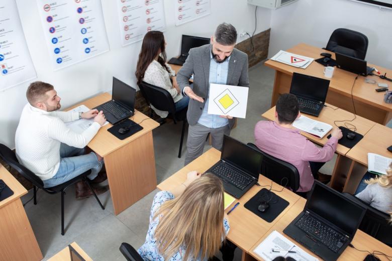 Экзамен проходит в электронном виде на компьютерах или планшетах.