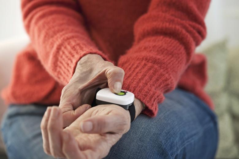 Тревожная кнопка для пожилых людей Фото: Image Point Fr/shutterstock.com