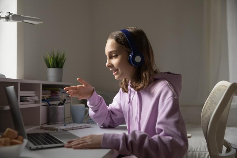 Изучение языка может проходить как виртуально, так и при реальном общении