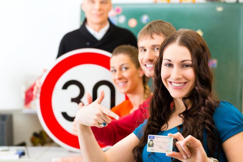 Стоимость доступа к вопросам на экзамены по вождению в Германии на месяц, в среднем, колеблется в диапазоне 25-30 евро.