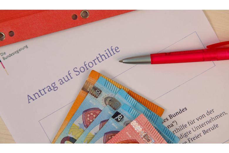 Заявка на матпомощь Corona-Soforthilfe и евро Фото: Mabeline72/shutterstock.com