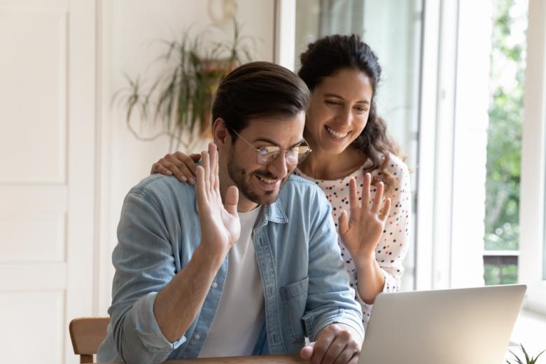 Первое знакомство с принимающей стороной чаще всего проходит с помощью общения через Skype