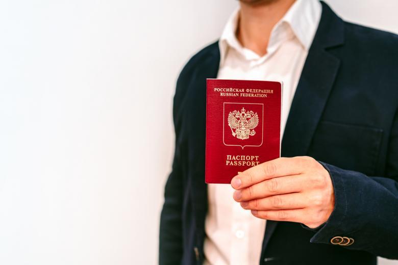 Важно! В гражданском паспорте РФ должна быть отметка о снятии с регистрации на территории РФ. Фото: Ivanova Ksenia / shutterstock.com