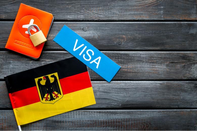 Национальная виза для поздних переселенцев. Фото: 9dream studio / shutterstock.com