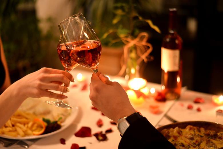 Раздельный счет на первом свидании - нормальная практика для немцев более старшего возраста. Фото: Aleksandar Milutinovic / shutterstock.com