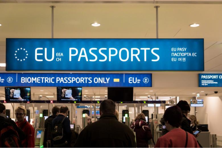 Если гражданин ЕС въезжает в ФРГ через внешние границы Евросоюза (например, пребывает на самолете), то паспортный контроль он проходит через специальные проходы, имеющие пометку в виде знака ЕС. Фото: Uskarp / shutterstock.com