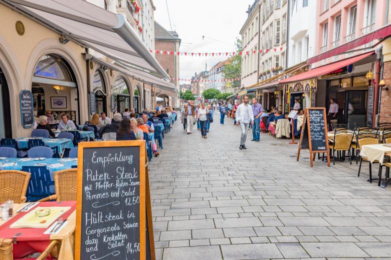 Пользуйтесь онлайн-сервисом, чтобы узнать, в каких ресторанах/кафе сегодня действуют скидки. Фото: Takashi Images / shutterstock.com