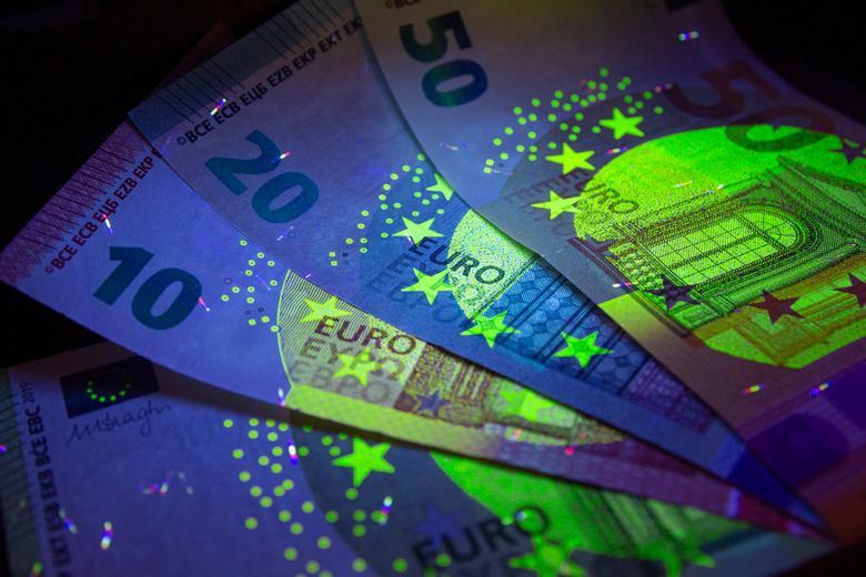 Фальшивые деньги Автор: Morozov Anatoly / shutterstock.com