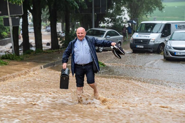 Пожилой мужчина добирается босиком до дома в Хагене. Фото: Dieter Menne / dpa