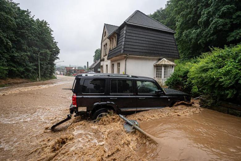 Застрявшая машина во время потопа в Хагене. Фото: Dieter Menne / dpa