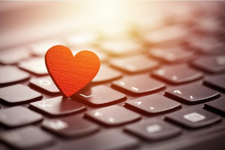 Как ни странно, в наше время всё больше людей ищут любовь через интернет-ресурсы, и тому есть причины. Фото: Jakub Krechowicz / shutterstock.com
