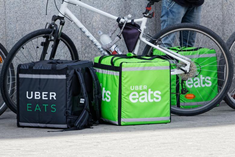 контейнеры Uber Eats Фото: MOZCO Mateusz Szymanski/shutterstock.com
