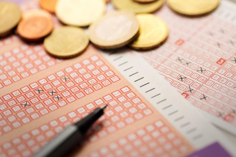 лотерейный билет с джекпотом Фото: ronstik/shutterstock.com