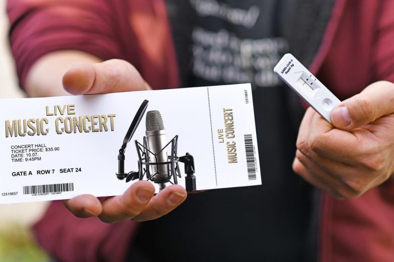 ограничения для непривитых, посещение концертов Фото: Firn/ shutterstock.com