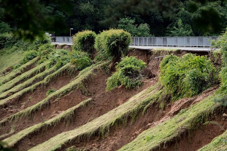 Плотина под угрозой прорыва: людей эвакуируют
