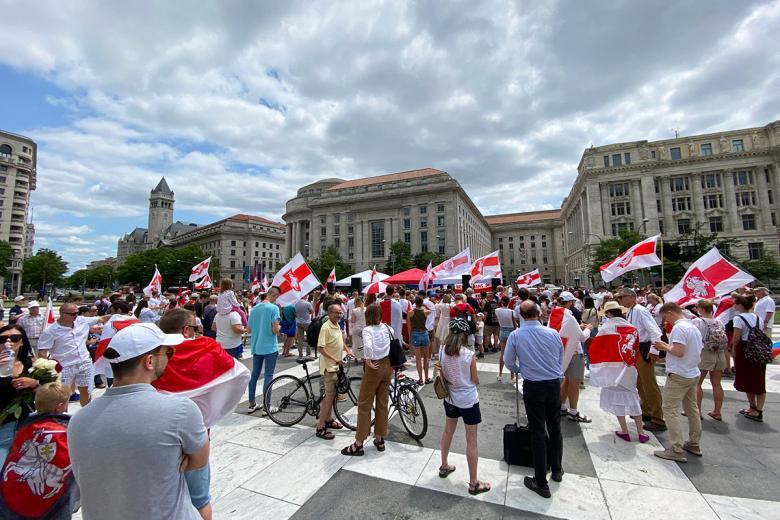 Представители белорусской диаспоры на площадке Фридом Плаза в Вашингтоне. Фото: Aussiedlerbote.de