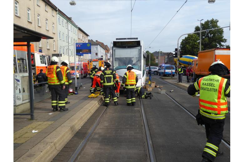 трамвай женщина / Фото: Feuerwehr Kassel / kassel.de