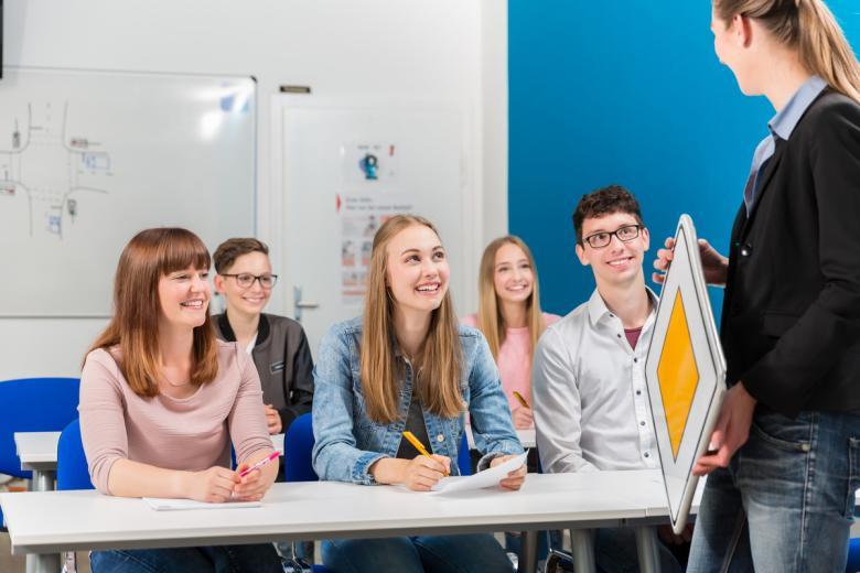Во всех автошколах Германии программа обучения строится на обязательном изучении теории в течение 12 часов. Фото: Kzenon / shutterstock.com