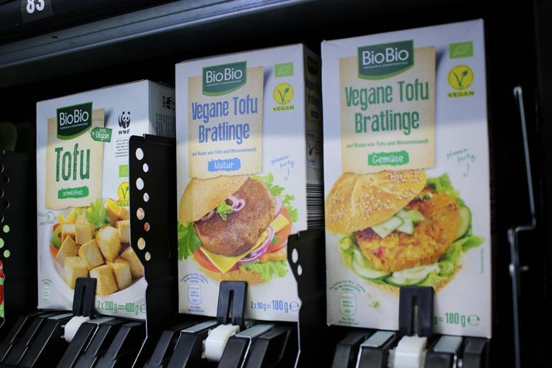 Веганский сыр тофу и веганские бургеры. Фото: aussiedlerbote.de
