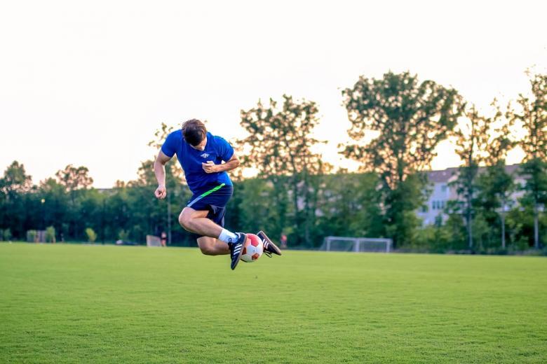 Футбол как вариант досуга. Фото: ruben leija / unsplash.com