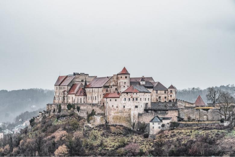 Замок Бургхаузен (нем. Burg Burghausen). Фото: Dave Z / shutterstock.com