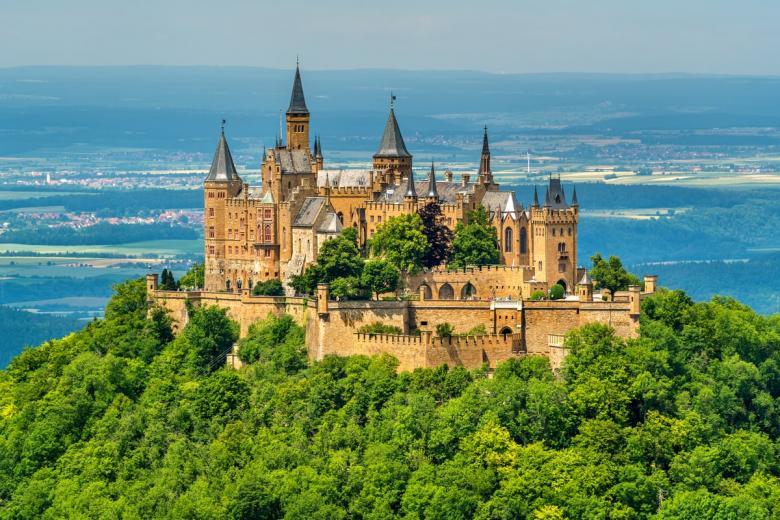 Гогенцоллерн (нем. Burg Hohenzollern). Фото: Leonid Andronov / shutterstock.com