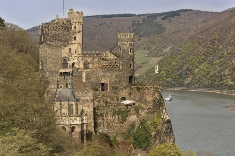 Райнштайн (нем. Burg Rheinstein). Фото: dlaurro / shutterstock.com