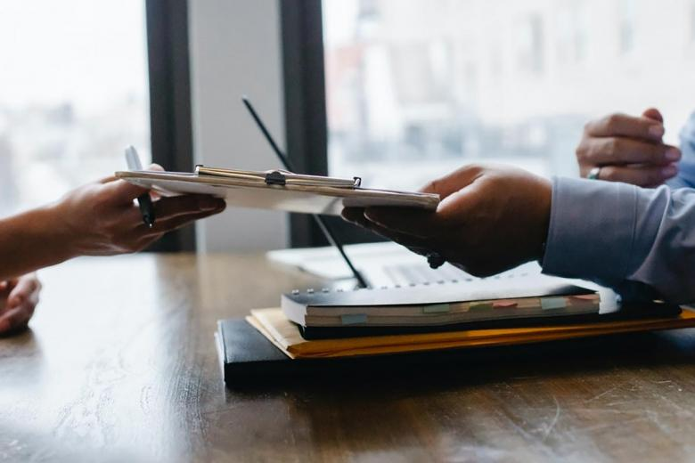 Если подача заявления осуществляется не в стране гражданина, к пакету документов прикладывается ВНЖ этого государства. Фото: Sora Shimazaki / Pexels.com