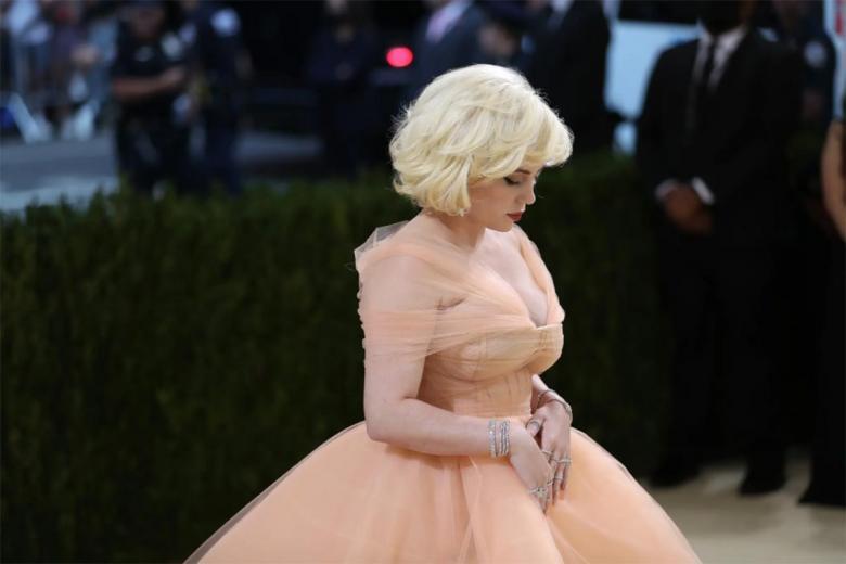 Билли Айлиш стала настоящей принцессой в своем платье от Oscar de la Renta - это отклонение от ее обычного образа на красной дорожке, состоящего из мужских и женских oversize-комплектов. Она надела платье с обязательным условием, что бренд прекратит использовать мех. Фото: Calla Kessler / nytimes.com