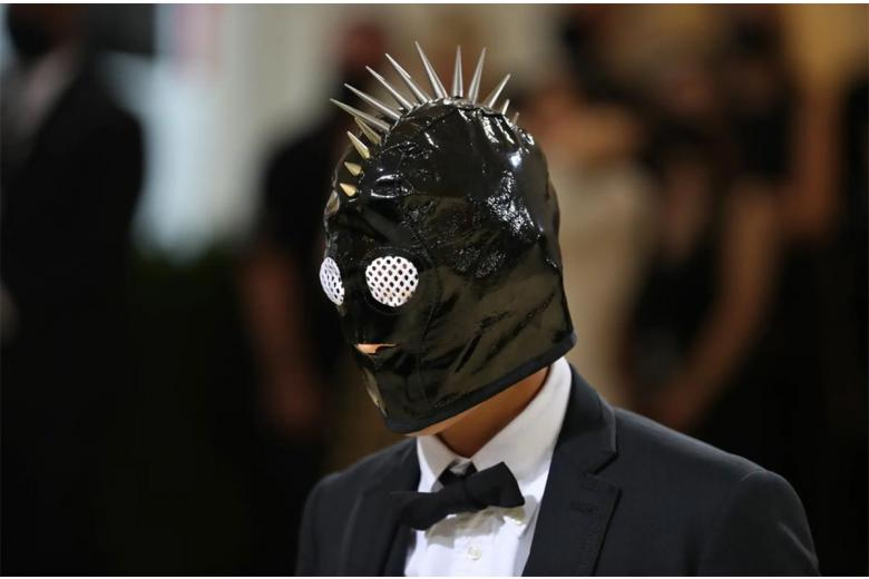 "Эван Мок из сериала ""Сплетница"" появился в маске с шипами на голове и наряде от Thom Browne. Фото: Calla Kessler / nytimes.com"